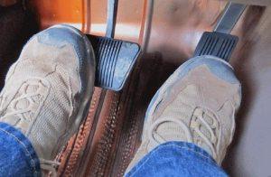 Bàn đạp phanh, sử dụng một chân hoặc hai chân.